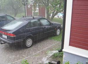 Erik Zetterqvist fångade haglet på bild när det slog ner över parkerade bilar.