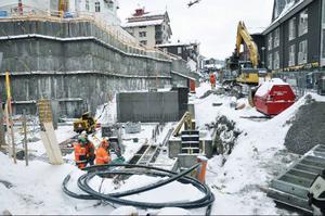 Peab ska nu bygga en provisorisk väg förbi bygget så att trafik kan passera på Årevägen under byggtiden. Så for kommunen godkänt deras plan ska vägen byggas, liksom ett plank som stänger in bygget.