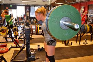 Smilla är fokuserad när hon lyfter. Många tunga vikter på stången.