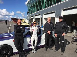 Linda Johansson på Mantorp framför Camaron med nya teamet inför årets säsong i V8 Thunder Cars-serien. Fr v Peter Landmark, Linda Johansson, Börje Wessman och Sture Bergman.
