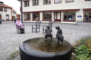 Nystingarna i fontänen på Z-Torget i Leksand badar fortfarande fötterna.