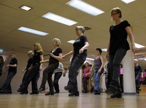 Linedance dansas på linjen (som namnet antyder), squaredance i grupper om fyra. Medlemmarna i Gävleföreningen King Creek Kickers ägnar sig åt det förstnämnda, ingenting annat.