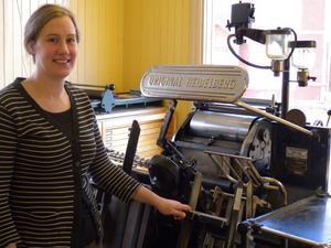 1,1 ton tryckpress hamnade hos Linda Gimle i Djura, där hon driver bok- och pappersverkstad tillsammans med maken Odd.