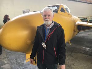 Tom Ax är stolt över att kunna visa upp museets senaste attraktion- stridplanet Venom. När det var i tjänst var det kamoflage-målat.