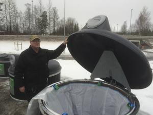 Rolf Thunberg, fastighetsskötare vid Härnösandshus, testar de nya underjordbehållarna för brännbart avfall.