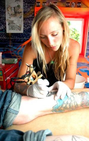 """Fingerfärdig. Anna Källström är tatuerarlärling, här fyller hon i färg i ett """"Old School-timglas"""" på Hannes Skärling-Paimo."""