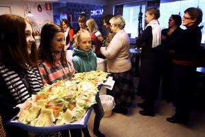 Fikaansvariga. Alva Ekblom, Viktoria Solvall och Elvira Wickström i årskurs 6 serverar smörgås till förmiddagskaffet.
