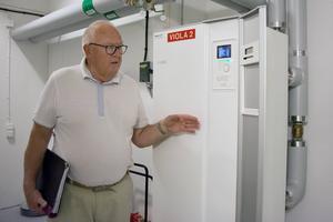 Eftersom värmepumparna sattes i gång den 29 oktober, när Viola har namnsdag, har pumparna fått namnen Viola 1, 2 och 3. Just nu, under sommarmånaderna, står de stilla. Åke Karlsson är nöjd med projektet.