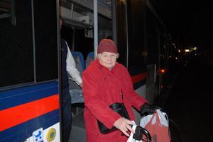 Siv Vågberg får förlita sig på taxi eller buss för att komma hem. Nu ifrågasätter hon färdtjänstbedömningen i Leksand.
