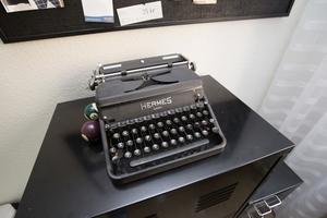 En gammal skrivmaskin som prydnad.