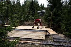 Bygget fortsätter. Just nu bygger Wahlberg bland annat en rullstolsramp.