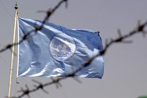 FN-flaggan vajar bakom taggtråden utanför FN-högkvarteret i Bagdad.