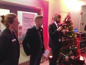 Lotta Thorbjørnsen, vårdenhetschef på akutmottagningen i Gävle, Peter Sund, chef på akutmottagningen i Gävle och Simon Nilsson, verksamhetschef VO akut höll tal på invigningen av akutens uppfräschade lokaler.