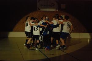 Vinnarlaget Snygg från Hedemora samlades i en gruppkram efter det stod klart att de vunnit.