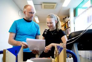 Peter Bergström går igenom Kristin Olssons värden efter maxtesten som hon just gått igenom.