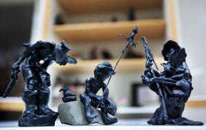 Sagofigurerna i svart ostvax fyller en hel hylla i klassrummet.