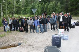 En stor grupp bärplockare har blivit strandsatta i Svabensverk på gränsen mellan Dalarna och Hälsingland.