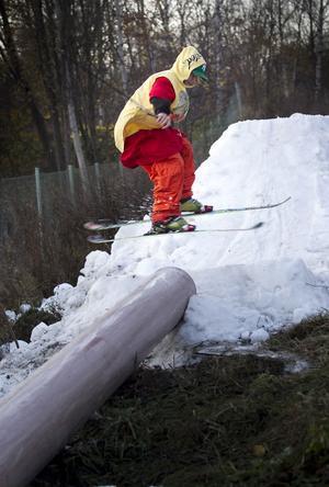 Pelle Axelsson stampar till snön lite innan han åker på tvären över röret.