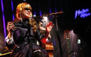 Melody Gardot lever med ärr och smärta efter den svåra bilolyckan som indirekt fick henne att byta bransch från mode till musik. Bland annat är hon mycket ljuskänslig och ses sällan utan mörka glasögon. Foto: JEAN-CHRISTOPHE BOTT, AP, Scanpix