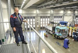 Bra arbetsmiljö. Mekanikerna Clarence Jälkemo uppskattar de nya ljusa och fräscha lokalerna som ger en bättre arbetsmiljö.FOTO: ALF PERGEMAN