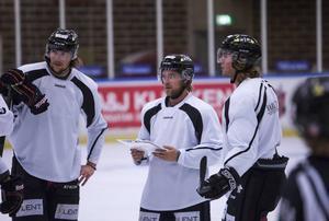 Förstacentern Jonas Lindström tog fram taktiktavlan på fredagens pass.