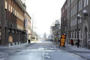 Fem trafikbolag vill bygga om i gatumiljön i centrala Östersund. Här, vid Teliabutiken, vill bolagen att träden plockas bort och att en bussficka skapas.