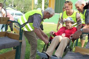 Anny Thalén från Sunnangården fick hjälp att komma ner och ut från vagnen. Hon gillade turen med häst och vagn.