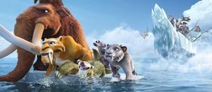 """Manny, Diego, Sid och Sids mormor flyr undan pirater i """"Ice Age 4 – Jorden skakar loss""""."""