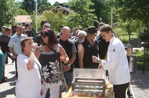 Stefan Johansson välkomnade gästerna med alkoholfritt rabarberbål.