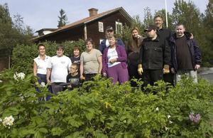 Ett trädgårdsintresserat gäng med gröna fingrar som lagt ner otaliga timmar med att få Davidsgårdens trädgård i full blom.