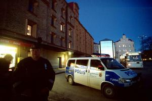 Här vid Navet attackerades två 20-åringar av en storväxt yngling. Enligt polisen slog och sparkade han dem båda blodiga. Därefter stampade han av underarmen på den ene 20-åringen. Timmarna kring midnatt rapporterades flera andra allvarliga våldsbrott runt om i Sundsvall. Bland annat hittades en svårt medtagen 71-åring i Haga, som kan ha utsatts för ett överfallsrån.