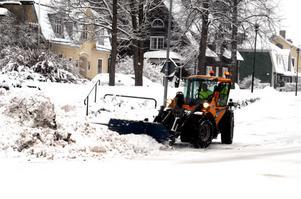 Åtta personer ingår i den fasta grupp som sköter snöröjningen i kommunen. Det är andra gången de rycker ut den här vintern.