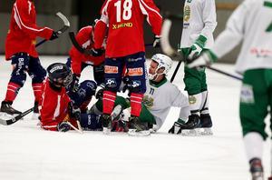 Hammarbys David Pizzoni Elfving och Edsbyns Joakim Svensk i en dispyt under slutet av kvartsfinalen i World cup.