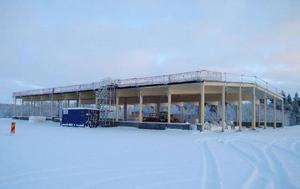 Vid E14 i Storvallen bygger norske markägaren Björn Johansen sitt Nabocash, en stor matbutik, eventuellt med styckeri. Över jul har byggjobbarna ledigt men till påsk ska det vara klart.Foto: Elisabet Rydell-Janson