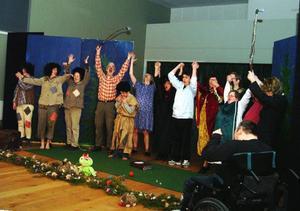 Teatergruppen Fjällhumlorna, med skådespelare från Åre kommuns gruppboenden, tar emot folkets jubel efter föreställningen.  Foto: Elisabet Rydell-Janson