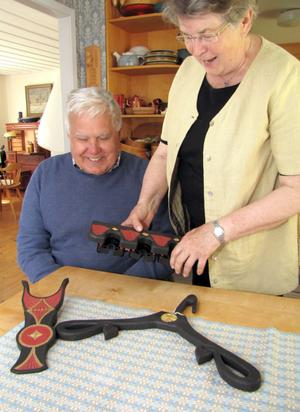 En stövelknekt, en täljd klädhängare och så hängaren för gåstavar att fästa på väggen är makarna Åke och Gun Palmqvists egen konstruktion.