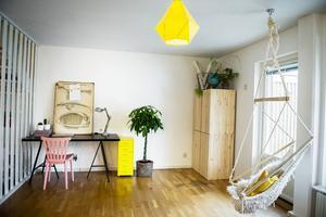 Vardagsrum och arbetsrum i ett på nedervåningen. Den inbjudande tyggungan fick Ida av sin mamma i födelsedagspresent nu när hon fyllde 25 år.