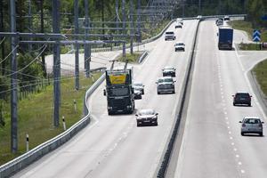Den eldrivna Scanian kör på den världsunika elvägen utanför Sandviken. Åkeriet Ernsts Express och några av deras chaufförer utbildas på elkörning.
