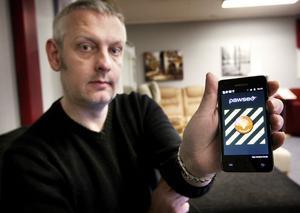 Claes Unemar är något av en uppfinnare med sina visioner och stora teknikintresse. En modern mobiltelefon av typen Iphone eller Android krävs för att larmet ska fungera.