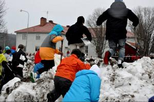 Starskottet gick och det blev hård kamp om att få bästa placeringen i snöhögen.