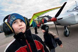 Förväntansfull. Emil Johansson, 7, stod på plattan och väntade på att få komma med på en flygtur över Borlänge. Han tyckte att det skulle bli spännande. På bilden syns även hans bror Hampus Johansson, 3.