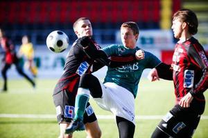 Tim Andersson försöker få stopp på Brage-forwarden Johan Eklund. Djupledslöpande Eklund gjorde 0–1 för Brage i 32:a minuten och spelade fram Andreas Hedlund till 0–2 i den 38:e.