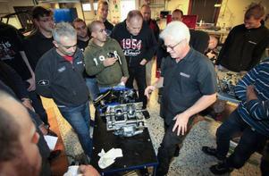 Curt Saler, teknisk ledare hos Polaris i USA leder kursen för motor intresserade distributörer ifrån 18 olika länder.