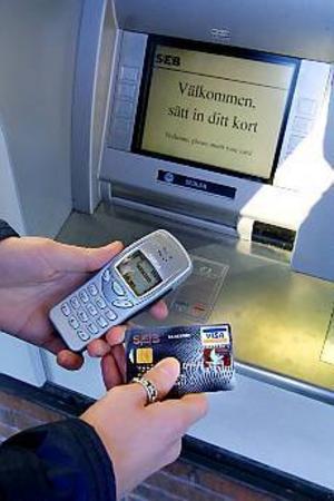 Foto: LEIF JÄDERBERG Tankat och klart. Med start i dag går det att ladda mobilen i två av SEB:s bankomater.
