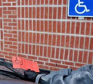 Kommunala trafikkommittén och HSO i Sollefteå informerar om regler för att få stå på handikapparkering.