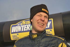 Solen bländar P-G Andersson vid prisceremonin, men han gjorde också själv en bländande uppvisning. Årjängsföraren var helt överlägsen i årets andra SM-rally.