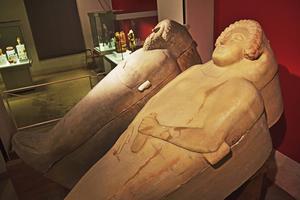 De stora feniciska sarkofagerna, närmare tre tusen år gamla, på Cádiz arkeologiska museum.   Foto: Anders Pihl