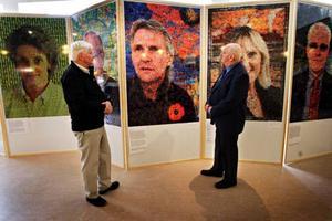 Karl-Olof Larsson och PO Wikström är med i föreningen Balsam som är medarrangörer till den nya utställningen om cancer. Där visas 14 porträtt med anknytning till sjukdomen,  alla uppbyggda av små bilder. Foto: Anneli Åsén
