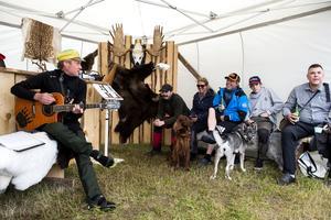 Ödemarksjägarens visor och sånger fick besökarna att utbrista i skratt.