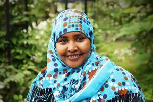 – Jag gillar blommor. Och det är bra för kroppen att röra på sig. Rahma Adam Ibrahim trivs med sina arbetsuppgifter i trädgården.
